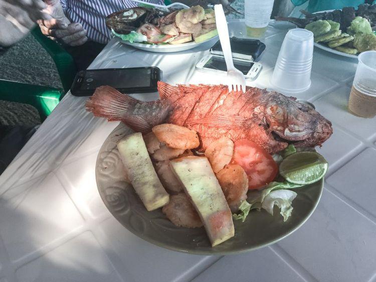 Yaniqueques, pescado, plátano, batata frita