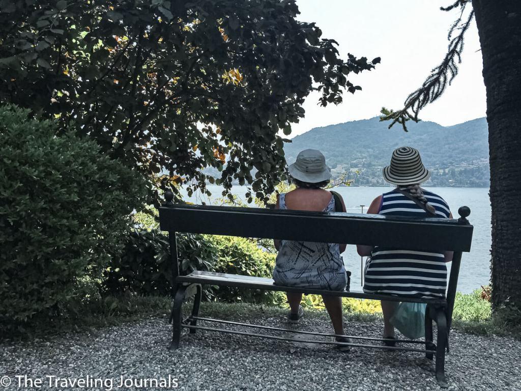 My friends relaxing in Villa Carlotta's Garden in Lake Como Mis amigas descansando en el jardín de Villa Carlotta en la Laguna Como