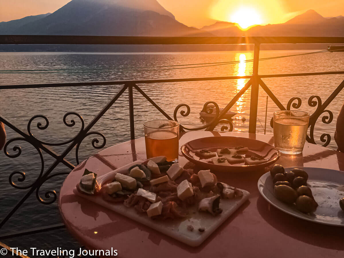 Sunset view of Lake Como from Varenna with wine and appetizers, Aperitivos para el atardecer
