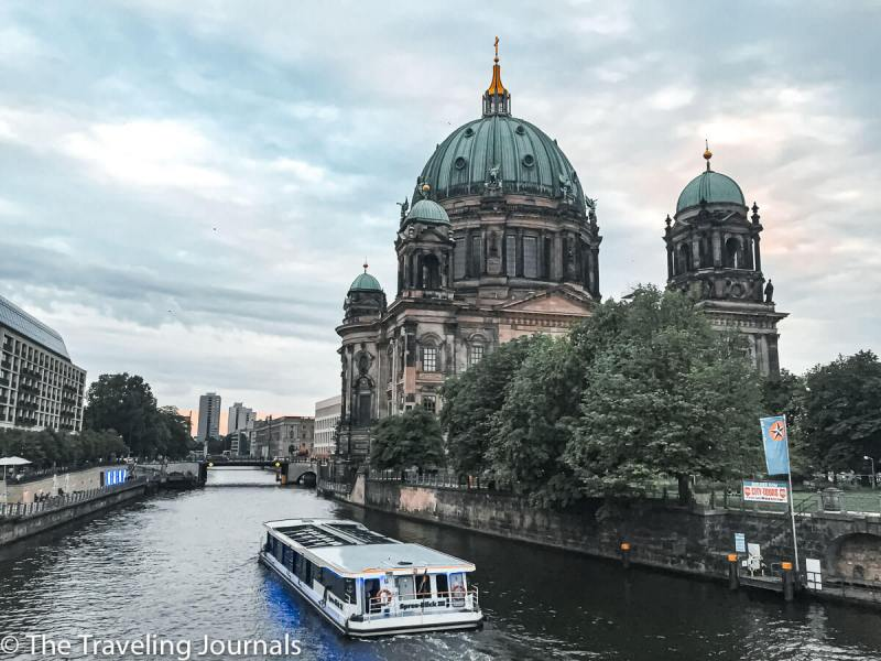 mochilera, Dominicana en Alemania, solo female travel in berin, backpacker in europe, backpacking 2016, summer in europe, buildings in Berlin, edificios en Berlin, Berliner Dom, Catedral de Berlin, Berlin cathedral, historical buildings in berlin, edificios historicos de berlin, berlin, alemania, germany, spree, spree river, rio spree, river cruise berlin, sunset, atardecer, anochecer en berlin