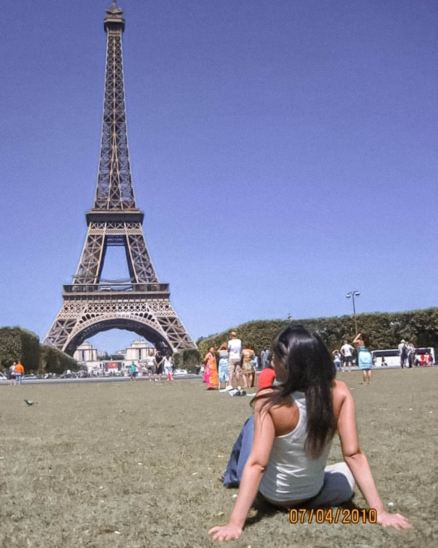 girl admiring Eiffel Tower, Summer, Summer in Paris, Versos en Paris, Verano 2010, first solo trip, Primer viaje sola, sunny day in Paris, park in Paris, Parque en Paris, European summer, Verano en Europa, solo female travel, how I became a solo traveler, travel memories, memorias de viajes, july 2010, Julio 2010