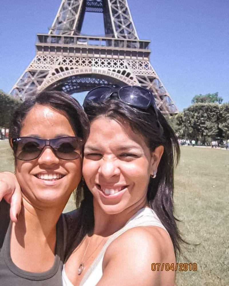 girls in front of the Eiffel Tower, Chicas front a la torre Eiffel, verano en Paris, Summer in Paris, First time in Paris, Paris 2010,Selfie in Paris, Una selfie en Paris.