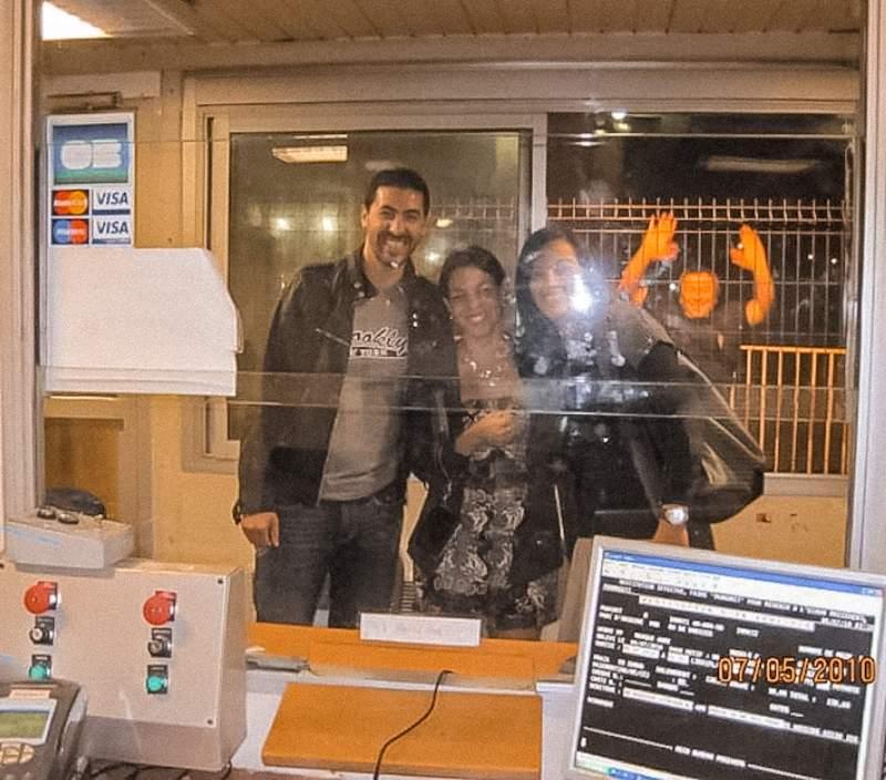 friends in Paris, towed car, parking ticket, travel memories, Paris 2010, Recuerdos de Paris, photobomb, photobombing, funny travel memory,