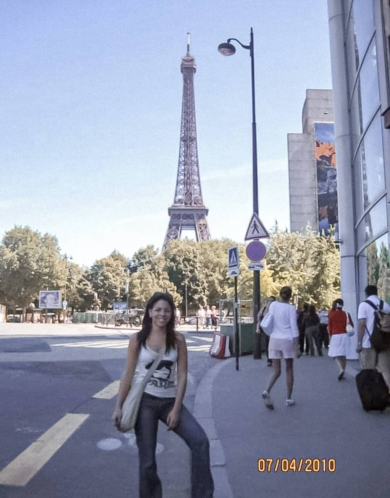girls standing behind the Eiffel tower, summer 2010, verano en Paris 2010, memories de vials, travel memories, happiness in Paris, primera vez en Paris, first time in Paris.